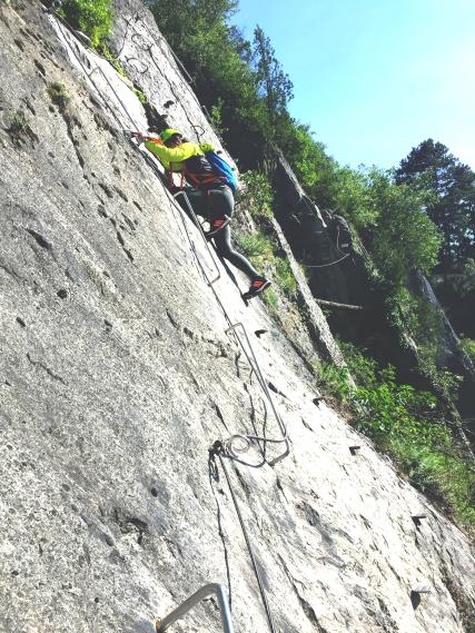 Đứng trên vách đá dựng thẳng