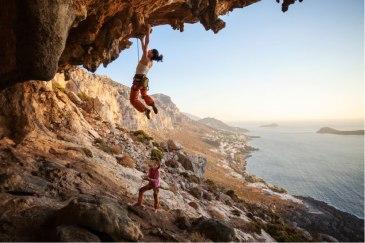 Đối với Climbing thông thường, bạn phải cần sự giúp đỡ của 1 người và đòi hỏi rất nhiều sức khỏe để bám víu vào các hốc đá